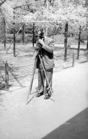 MFV-F-JBN288-0000 - Kyoto, fotografo nel giardino del santuario di Heian - Data dello scatto: 1963 ca. - Fosco Maraini/Proprietà Gabinetto Vieusseux©Fratelli Alinari