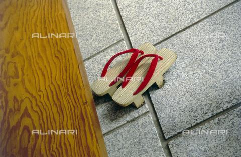 MFV-F-MM0046-0000 - I tipici zoccoli giapponesi - Data dello scatto: 1954-1993 - Fosco Maraini/Proprietà Gabinetto Vieusseux©Fratelli Alinari