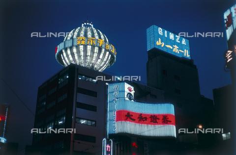 MFV-F-MM0068-0000 - Tokyo di notte, Ginza 4 chomè - Data dello scatto: 1954-1993 - Fosco Maraini/Proprietà Gabinetto Vieusseux©Fratelli Alinari