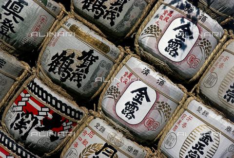 """MFV-F-MM0117-0000 - Confezioni di sakè """"Rugiada d'oro"""" all'ingresso di un tempio shinto, Giappone - Data dello scatto: 1956 - Fosco Maraini/Proprietà Gabinetto Vieusseux©Fratelli Alinari"""