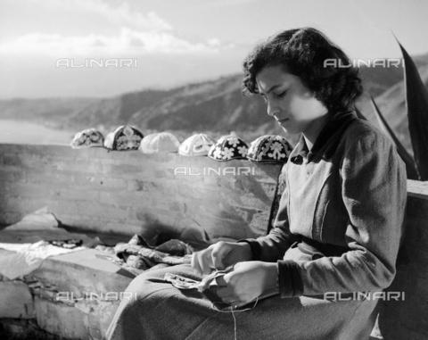 MFV-F-NS0065-0000 - Artigiana locale - Data dello scatto: 1950 ca. - Fosco Maraini/Proprietà Gabinetto Vieusseux©Fratelli Alinari