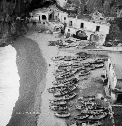 MFV-F-NS0269-0000 - Spiaggia nei dintorni di Amalfi - Data dello scatto: 1950 ca. - Fosco Maraini/Proprietà Gabinetto Vieusseux©Fratelli Alinari