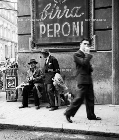 MFV-F-NS0284-0000 - Uomini in una strada di Napoli - Data dello scatto: 1950 ca. - Fosco Maraini/Proprietà Gabinetto Vieusseux©Fratelli Alinari