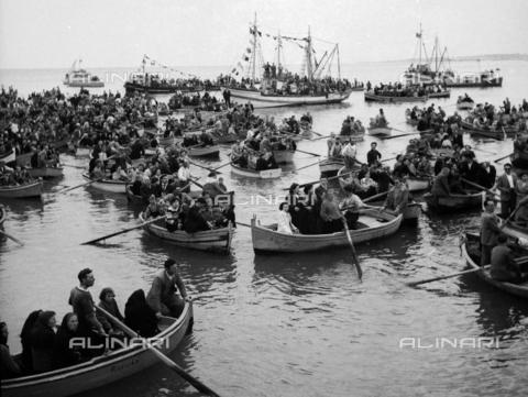 MFV-F-NS0350-0000 - Barche colme di fedeli alla Sagra di San Nicola a Bari - Data dello scatto: 1950 ca. - Fosco Maraini/Proprietà Gabinetto Vieusseux©Fratelli Alinari
