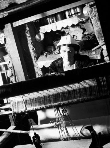MFV-F-NS0374-0000 - Donna al telaio in una casa di San Giovanni in Fiore - Data dello scatto: 1950 ca. - Fosco Maraini/Proprietà Gabinetto Vieusseux©Fratelli Alinari