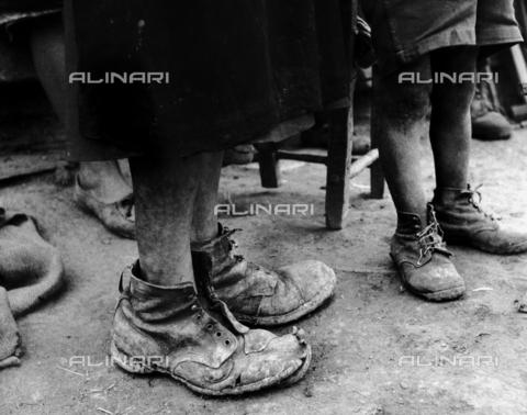 MFV-F-NS0402-0000 - Scarpe vecchie ai piedi di bambine, Oliveto Lucano - Data dello scatto: 1950 ca. - Fosco Maraini/Proprietà Gabinetto Vieusseux©Fratelli Alinari
