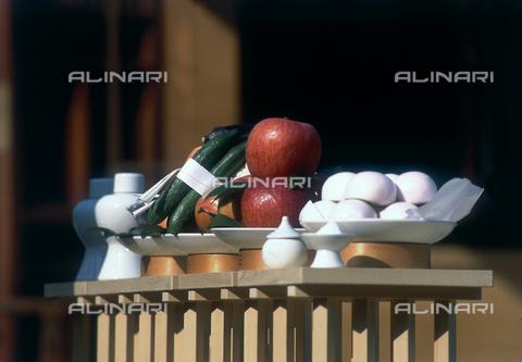 MFV-F-SH0031-0000 - Alimenti su piatti per una celebrazione scintoista a Ionangu, Giappone - Data dello scatto: 1988 ca. - Fosco Maraini/Proprietà Gabinetto Vieusseux©Fratelli Alinari