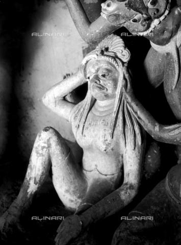 MFV-F-T00027-0000 - Figura femminile, statua conservata in una pagoda, Tibet - Data dello scatto: 1937-1948 ca. - Fosco Maraini/Proprietà Gabinetto Vieusseux©Fratelli Alinari