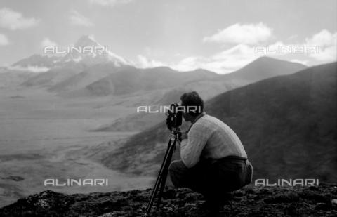 MFV-F-V00043-0000 - Fosco Maraini mentre fotografa la piana di Phari-Dzong, sullo sfondo il Chomolhari (7314 m) - Data dello scatto: 1948 - Fosco Maraini/Proprietà Gabinetto Vieusseux©Fratelli Alinari