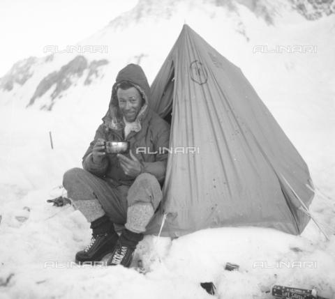 MFV-S-CAI021-0536 - CAI expedition to Gasherbrum IV in the Karakorum massif: portrait of Fosco Maraini during the ascent to Gasherbrum - Date of photography: 30/04/1958-03/09/1958 - Fosco Maraini/Gabinetto Vieusseux Property©Fratelli Alinari