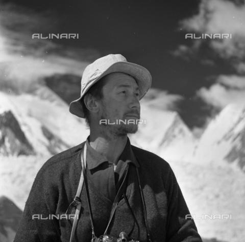 MFV-S-CAI021-0537 - CAI expedition to Gasherbrum IV in the Karakorum massif: portrait of Fosco Maraini during the ascent to Gasherbrum - Date of photography: 30/04/1958-03/09/1958 - Fosco Maraini/Gabinetto Vieusseux Property©Fratelli Alinari