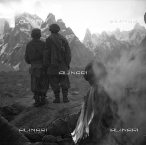 MFV-S-CAI021-0542 - CAI expedition to Gasherbrum IV in the Karakorum massif: bearers among the rocks - Date of photography: 30/04/1958-03/09/1958 - Fosco Maraini/Gabinetto Vieusseux Property©Fratelli Alinari