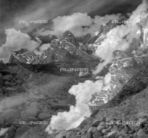 MFV-S-CAI021-0546 - CAI expedition to Gasherbrum IV in the Karakorum massif: the mountain landscape that the members of the expedition encountered during the ascent to Gasherbrum - Date of photography: 30/04/1958-03/09/1958 - Fosco Maraini/Gabinetto Vieusseux Property©Fratelli Alinari