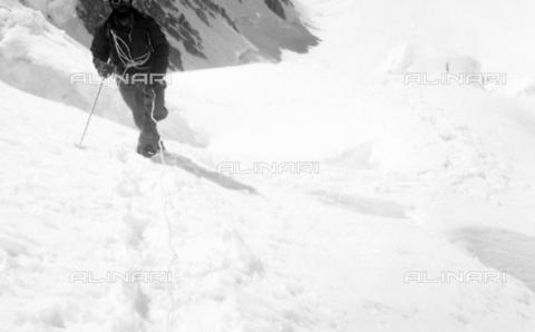 MFV-S-CAI021-0552 - CAI expedition to Gasherbrum IV in the Karakorum massif: one of the members of the expedition portrayed during the ascent to Gasherbrum - Date of photography: 30/04/1958-03/09/1958 - Fosco Maraini/Gabinetto Vieusseux Property©Fratelli Alinari