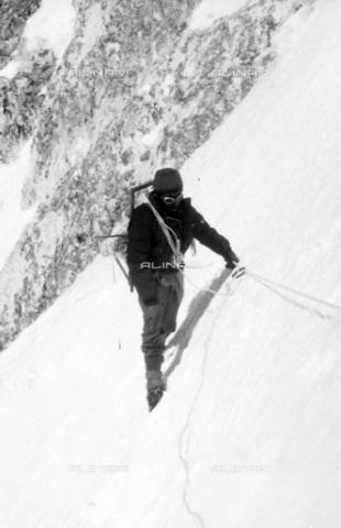 MFV-S-CAI021-0553 - CAI expedition to Gasherbrum IV in the Karakorum massif: one of the members of the expedition portrayed during the ascent to Gasherbrum - Date of photography: 30/04/1958-03/09/1958 - Fosco Maraini/Gabinetto Vieusseux Property©Fratelli Alinari