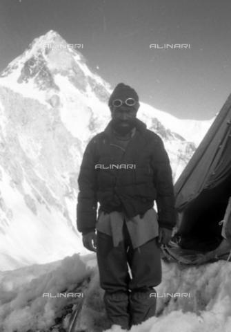 MFV-S-CAI021-0554 - CAI expedition to Gasherbrum IV in the Karakorum massif: the mountaineer Toni Gobbi portrayed during the ascent to Gasherbrum - Date of photography: 30/04/1958-03/09/1958 - Fosco Maraini/Gabinetto Vieusseux Property©Fratelli Alinari