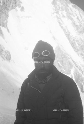 MFV-S-CAI021-0555 - CAI expedition to Gasherbrum IV in the Karakorum massif: the mountaineer Toni Gobbi portrayed during the ascent to Gasherbrum - Date of photography: 30/04/1958-03/09/1958 - Fosco Maraini/Gabinetto Vieusseux Property©Fratelli Alinari