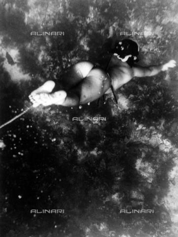 MFV-S-JBN077-0047 - Donna Ama in immersione. Pescatrice di perle dell'isola di Hekura, Giappone - Data dello scatto: 1954 - Fosco Maraini/Proprietà Gabinetto Vieusseux©Fratelli Alinari