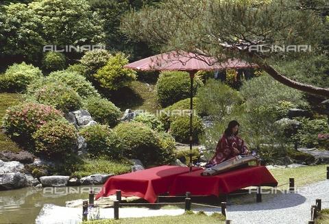 MFV-S-JPN369-0036 - Loom processing in a Kyoto garden - Date of photography: 1963-1991 - Fosco Maraini/Gabinetto Vieusseux Property©Fratelli Alinari