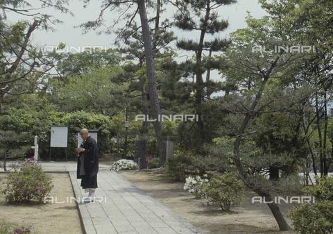 MFV-S-JPN369-0072 - Monk in the garden of Chishaku-in temple in Kyoto - Date of photography: 1963-1991 - Fosco Maraini/Gabinetto Vieusseux Property©Fratelli Alinari