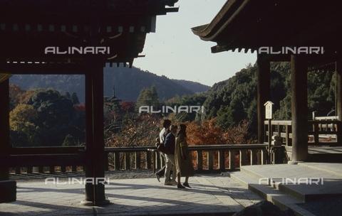 MFV-S-JPN369-0084 - Visitors to a temple near Kyoto - Date of photography: 1963-1991 - Fosco Maraini/Gabinetto Vieusseux Property©Fratelli Alinari