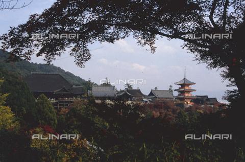 """MFV-S-JPN369-0089 - Tempio di Kiyomizu-dera (""""Il tempio dell'acqua pura""""), Kyoto - Data dello scatto: 11/1987 - Fosco Maraini/Proprietà Gabinetto Vieusseux©Fratelli Alinari"""