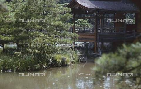 """MFV-S-JPN369-0093 - Tempio di Kinkaku-ji (""""Tempio del padiglione d'oro""""), particolare del giardino, Kyoto - Data dello scatto: 1963-1991 - Fosco Maraini/Proprietà Gabinetto Vieusseux©Fratelli Alinari"""