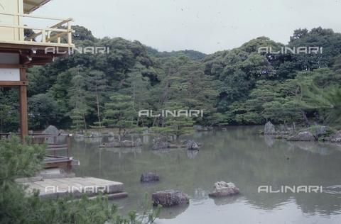 """MFV-S-JPN369-0094 - Tempio di Kinkaku-ji (""""Tempio del padiglione d'oro""""), particolare del giardino, Kyoto - Data dello scatto: 1963-1991 - Fosco Maraini/Proprietà Gabinetto Vieusseux©Fratelli Alinari"""