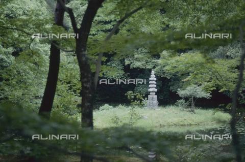 """MFV-S-JPN369-0101 - Monumento in pietra nel giardino del Tempio di Kinkaku-ji (""""Tempio del padiglione d'oro""""), Kyoto - Data dello scatto: 1963-1991 - Fosco Maraini/Proprietà Gabinetto Vieusseux©Fratelli Alinari"""