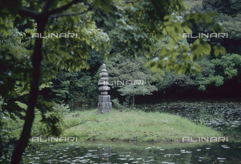 """MFV-S-JPN369-0102 - Monumento in pietra nel giardino del Tempio di Kinkaku-ji (""""Tempio del padiglione d'oro""""), Kyoto - Data dello scatto: 1963-1991 - Fosco Maraini/Proprietà Gabinetto Vieusseux©Fratelli Alinari"""
