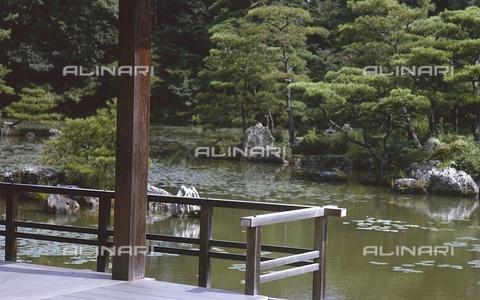 """MFV-S-JPN369-0104 - Tempio di Kinkaku-ji (""""Tempio del padiglione d'oro""""), particolare del giardino, Kyoto - Data dello scatto: 1963-1991 - Fosco Maraini/Proprietà Gabinetto Vieusseux©Fratelli Alinari"""