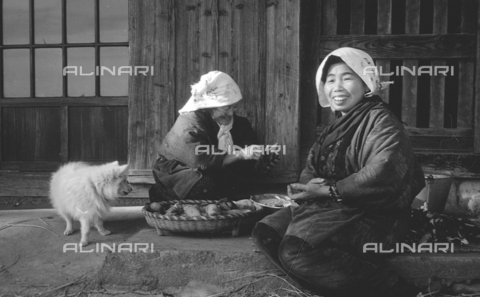MFV-S-V00133-0031 - Two Japanese women in traditional clothing while cooking - Date of photography: 1959-1963 - Fosco Maraini/Gabinetto Vieusseux Property©Fratelli Alinari