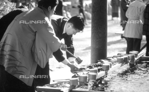 MFV-S-V00133-0035 - Purification at the entrance to the sanctuary of Ise during the New Year rite - Date of photography: 01/01/1963 - Fosco Maraini/Gabinetto Vieusseux Property©Fratelli Alinari