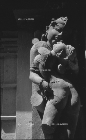 MFV-S-V00133-0042 - Erotic sculpture that adorns one of the temples of Khajuraho - Date of photography: 05-07/10/1962 - Fosco Maraini/Gabinetto Vieusseux Property©Fratelli Alinari