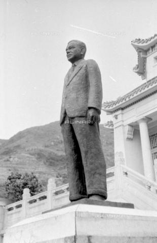 MFV-S-V00133-0057 - Statua del fondatore AW Boon Haw all'interno del Giardino del Balsamo di Tigre (oggi Haw Par Villa) ad Hong Kong - Data dello scatto: 07/11/1962-15/11/1962 - Fosco Maraini/Proprietà Gabinetto Vieusseux©Fratelli Alinari
