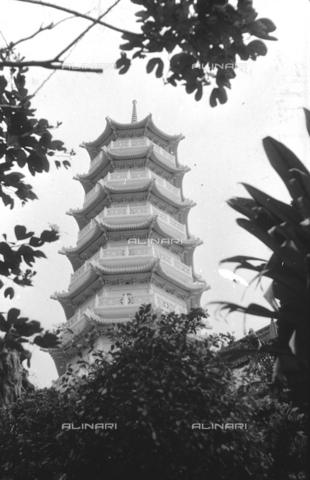 MFV-S-V00133-0058 - Pagoda all'interno del Giardino del Balsamo di Tigre (oggi Haw Par Villa) ad Hong Kong - Data dello scatto: 07/11/1962-15/11/1962 - Fosco Maraini/Proprietà Gabinetto Vieusseux©Fratelli Alinari