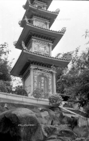 MFV-S-V00133-0059 - Pagoda all'interno del Giardino del Balsamo di Tigre (oggi Haw Par Villa) ad Hong Kong - Data dello scatto: 07/11/1962-15/11/1962 - Fosco Maraini/Proprietà Gabinetto Vieusseux©Fratelli Alinari