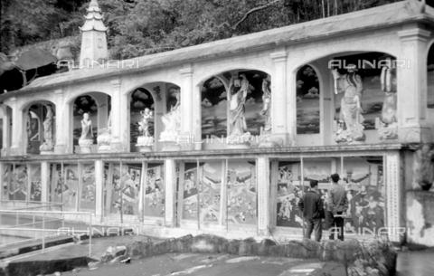 MFV-S-V00133-0061 - Turisti in visita al Giardino del Balsamo di Tigre (oggi Haw Par Villa) ad Hong Kong - Data dello scatto: 07/11/1962-15/11/1962 - Fosco Maraini/Proprietà Gabinetto Vieusseux©Fratelli Alinari