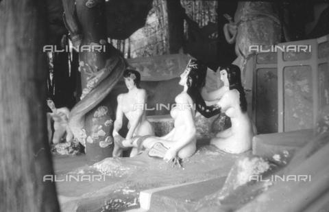 MFV-S-V00133-0065 - Statue che decorano il Giardino del Balsamo di Tigre (oggi Haw Par Villa) ad Hong Kong - Data dello scatto: 07/11/1962-15/11/1962 - Fosco Maraini/Proprietà Gabinetto Vieusseux©Fratelli Alinari