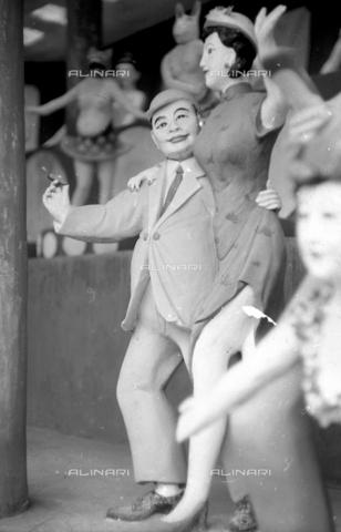 MFV-S-V00133-0066 - Statue che decorano il Giardino del Balsamo di Tigre (oggi Haw Par Villa) ad Hong Kong - Data dello scatto: 07/11/1962-15/11/1962 - Fosco Maraini/Proprietà Gabinetto Vieusseux©Fratelli Alinari