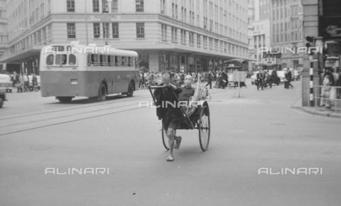 "MFV-S-V00133-0234 - ""Per le strade di Hong Kong: folla e risciò"" - Data dello scatto: 07/11/1962-15/11/1962 - Fosco Maraini/Proprietà Gabinetto Vieusseux©Fratelli Alinari"