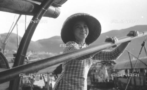 MFV-S-V00133-0245 - Giovane cinese alla guida di un'imbarcazione - Data dello scatto: 07/11/1962-15/11/1962 - Fosco Maraini/Proprietà Gabinetto Vieusseux©Fratelli Alinari