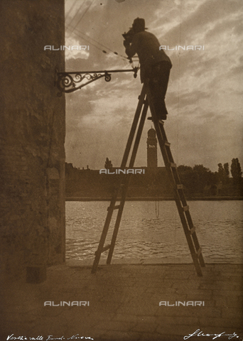 MLD-F-000031-0000 - View of the 'Fondamenta Nuove'in Venice at sunset. In the foreground a lamplighter on a ladder is lighting a street lamp - Data dello scatto: 1910-1920 ca. - Archivi Alinari, Firenze