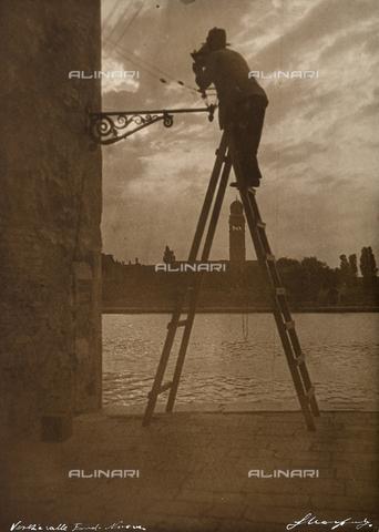 MLD-F-000031-0000 - Scorcio delle Fondamenta Nuove a Venezia al tramonto. In primo piano su una scala un lampionaio è intento nell'accensione di una lanterna - Data dello scatto: 1910-1920 ca. - Archivi Alinari, Firenze
