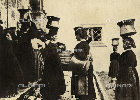 MLD-F-000086-0000 - Young women of Scanno (Abruzzo, Italy) shown at the fountain. They are wearing traditional attire and are carrying the water containers on their heads, using the special headdress - Data dello scatto: 1900-1920 ca. - Archivi Alinari, Firenze