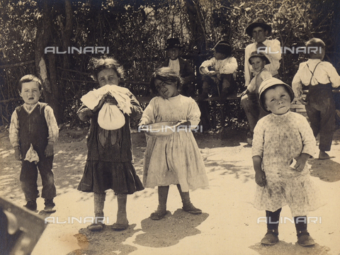 MLD-F-000118-0000 - Full-length portrait of four children. They are dirty and poorly dressed and are playing outside - Data dello scatto: 1900-1920 ca. - Archivi Alinari, Firenze
