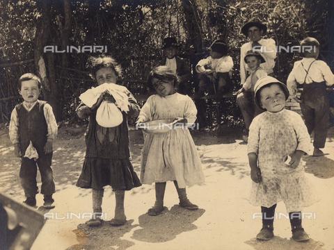 MLD-F-000118-0000 - Ritratto a figura intera di quattro bambini. I piccoli, sporchi e poveramente vestiti, stanno giocando all'aperto - Data dello scatto: 1900-1920 ca. - Archivi Alinari, Firenze