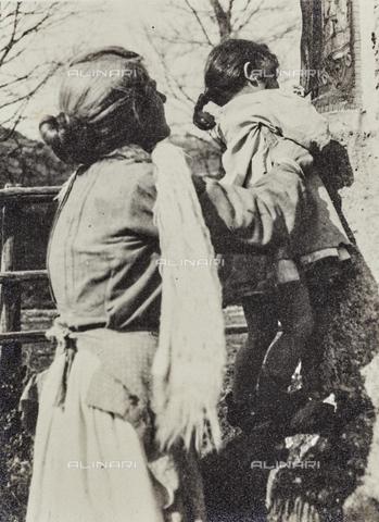 MLD-F-000124-0000 - Anziana con una bambina - Data dello scatto: 1920-1929 - Archivi Alinari, Firenze