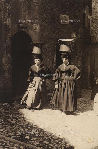 MLD-F-000178-0000 - Due donne di Scanno ritratte in strada mentre incedono trasportantando due recipienti per l'acqua posati sulla testa - Data dello scatto: 1900-1920 ca. - Archivi Alinari, Firenze