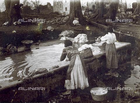 MLD-F-000221-0000 - Giovani donne di Ninfa ritratte ad un fontanile mentre fanno il bucato - Data dello scatto: 1910-1920 ca. - Archivi Alinari, Firenze